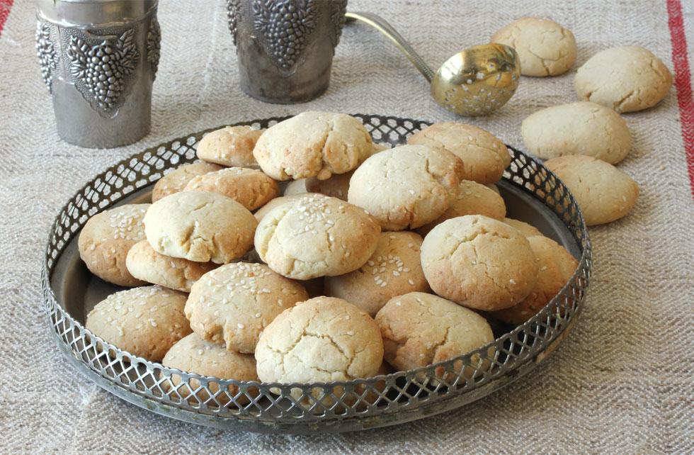 עוגיות טחינה נימוחות עם קוקוס ושומשום (צילום, סגנון והכנה: אסנת לסטר)