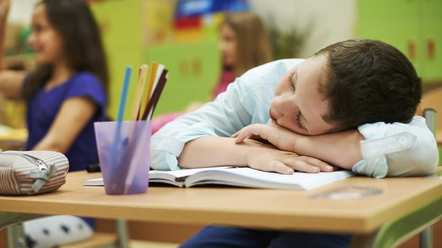 אילוס תלמיד ילד ישן כיתה בית ספר (צילום: shutterstock)