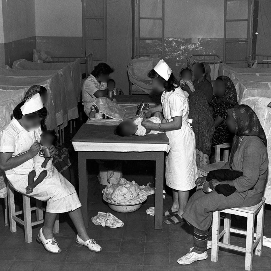 מטפלות בבית התינוקות במעברת ראש־העין, תחילת שנות ה־ 50