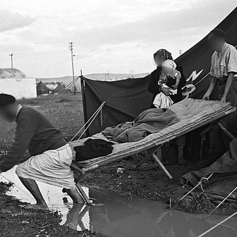 """משפחת עולים במאהל בראש־העין, דצמבר 1949 . שחם: """"אמרתי: אלוהים אדירים, איך הייתי מעורבת בדבר כזה?"""""""