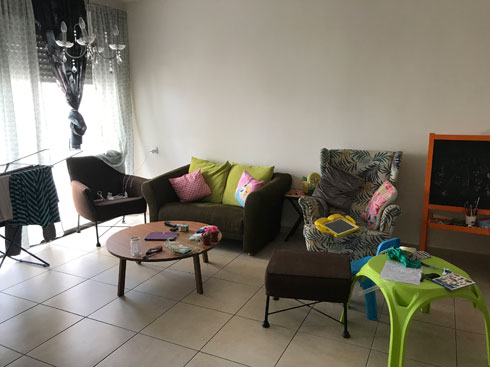 הסלון לפני (צילום: ליעונה מנקלי)
