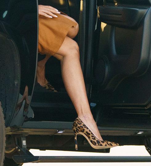 המסע התחיל ברגל שמאל מבחינה אופנתית. נעלי עקב מנומרות של מנולו בלאניק, 640 דולר (צילום: AP)