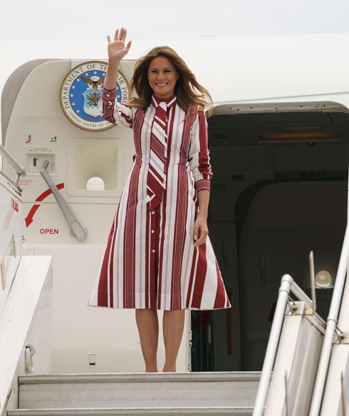 """בשמלה שעיצבה פיבי פילו לסלין, ימים ספורים לאחר שמעצב המותג החדש הדי סלימאן הציג קולקציה שנויה במחלוקת וכונה """"דונלד טראמפ של האופנה"""" (צילום: AP)"""