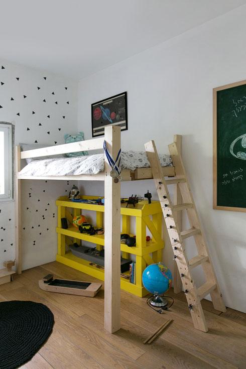 מיטות מוגבהות תוצרת בית בשני חדרי הבנים (צילום: שירן כרמל)