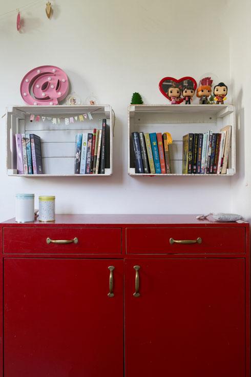 ארון ישן נצבע אדום, ומעליו ארגזים כמדפים (צילום: שירן כרמל)