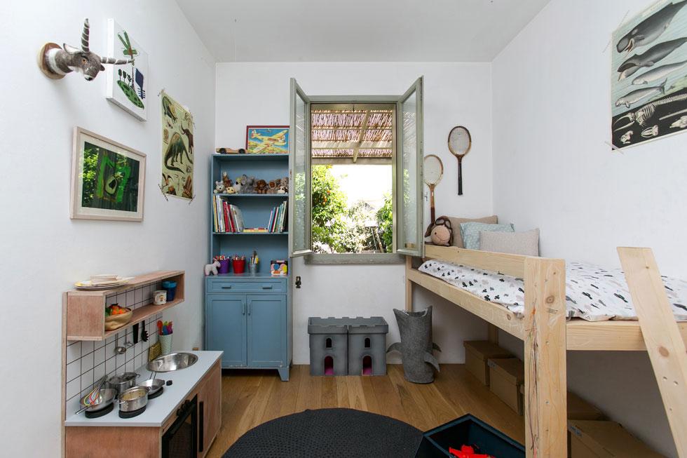 בחדרו של הבן הקטן יש גם מטבח משחק קטן וטירה אפורה, מעשה ידיו של אב המשפחה (צילום: שירן כרמל)
