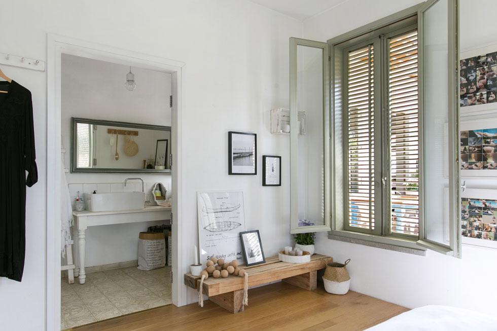 חדר הרחצה הקטן ממשיך את אותו שילוב של עץ טבעי עם נגרות וכלים סניטריים לבנים, בתוספת רצפת אריחי בטון מעוטרים (צילום: שירן כרמל)
