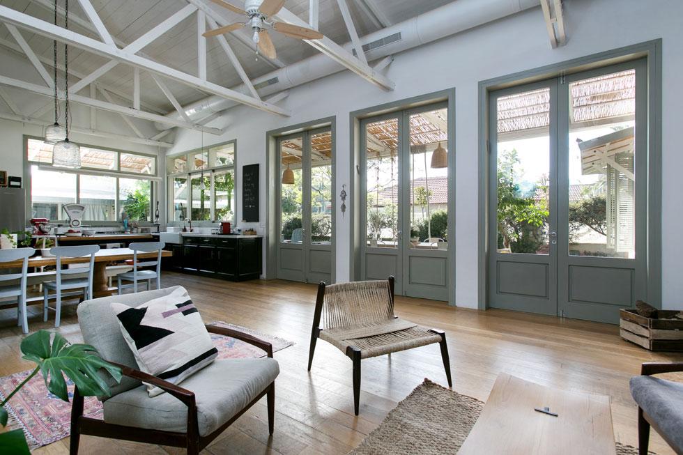 המרפסת הארוכה משמשת גם כמפתן הכניסה אל הבית, שאין לו דלת כניסה אחת, אלא 3 דלתות עץ כפולות שמובילות פנימה (צילום: שירן כרמל)