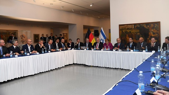 Merkel and Netanyahu at the round table discussion (Photo: Eli Posner/Israel Museum)