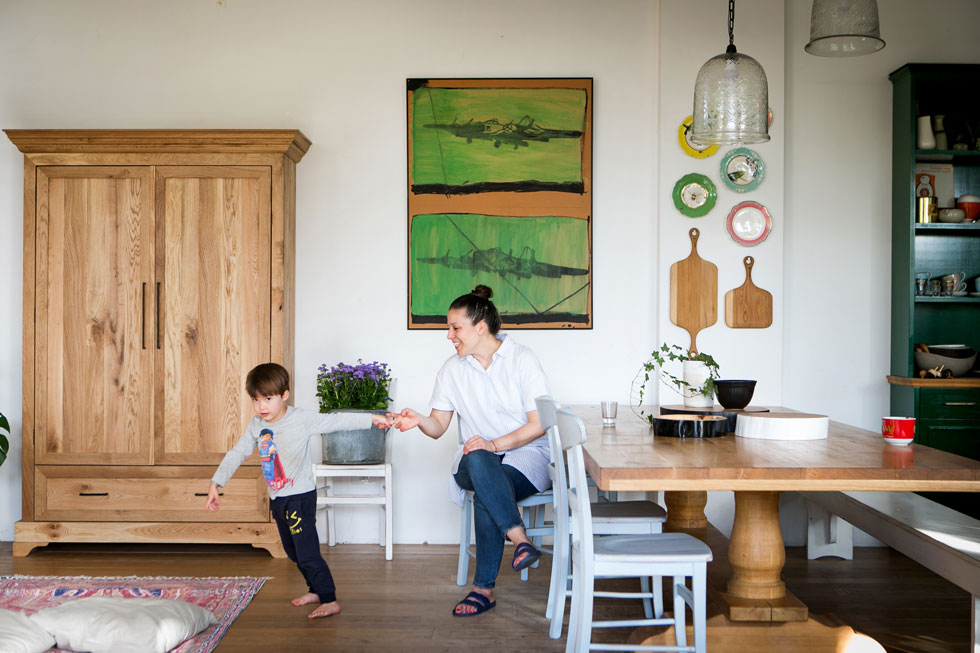 """לפינת האוכל בנה בלומנפלד שולחן גדול במיוחד, שעומד על רגלי עץ חרוטות ביד. """"כל הברדק קורה כאן, וזה בדיוק מה שרצינו"""", הוא אומר, ''ילדים רוצים להיות איפה שההורים, אז אפשרנו להם להיות איתנו בחלל המרכזי, ולא תקועים באיזה מרתף"""" (צילום: שירן כרמל)"""