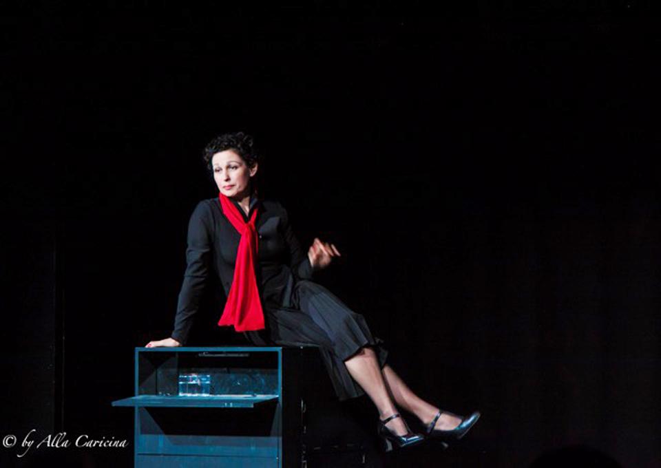 "Сцена из спектакля ""Это я - Эдит Пиаф"". Фото: Алла Царицина"