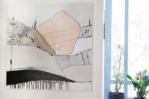 ציור של מיטל פולצ'ק, אקריליק על קנבס, 1,800 שקלים, בסטודיו שלה במושב סתריה. כמו מפה טופוגרפית בצבעים שלווים (צילום: שגית פרידמן הלל)