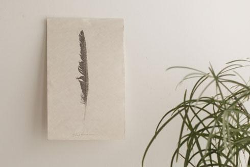 הנוצה מרוממת הנפש של דינה קופלמן מודפסת ביד על דפים של ספר ישן. 500 שקלים, סטודיו 3 בחוצות היוצר, ירושלים (צילום: ליאור מזרחי)