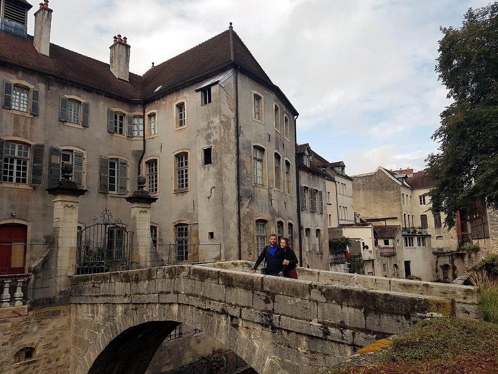 יריב ובתו איילת בעיירה דול (צילום: יריב כץ)