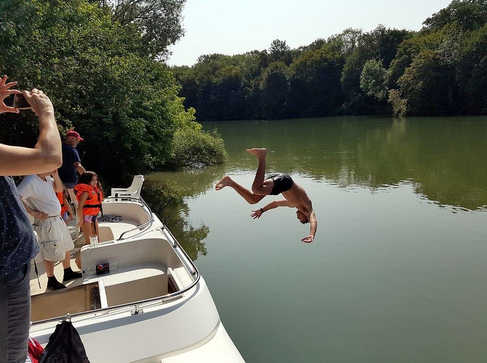 אלון מגלה כישורי קפיצה למים (צילום: יריב כץ)