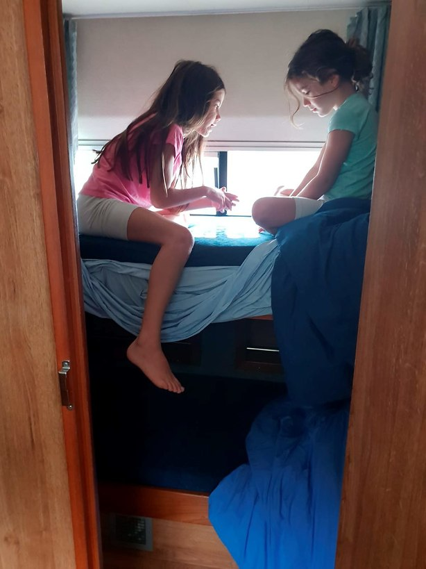 מעבירות את הזמן: אלה ותמר בחדר השינה (צילום: יריב כץ)