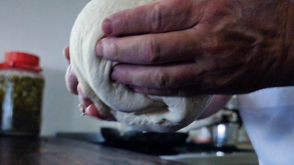 ארז קומרובסקי מכין קאדה בוכרית (צילום: יותם קצור)