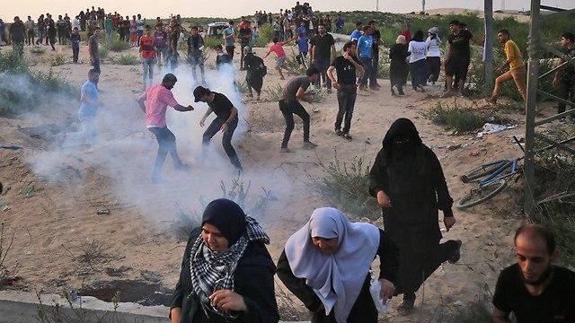 מהומות פלסטינים ליד מחסום ארז (צילום: AFP)