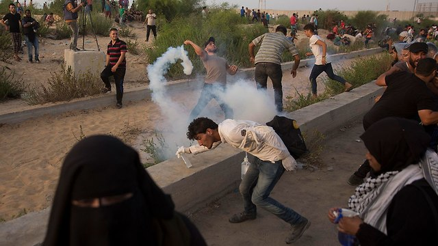Palestinian protests near the Erez border crossing (Photo: AP)