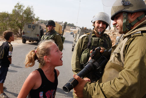 תמימי בעימות עם חייל בשנת 2012 (צילום: AP)