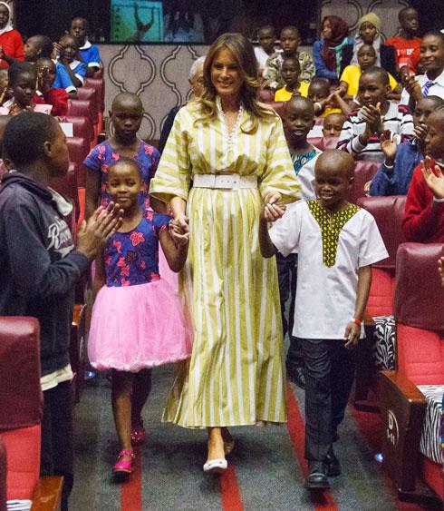 טראמפ בביקור בבית יתומים בקניה (צילום: AP)