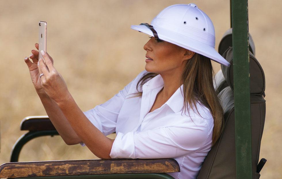"""""""הכובע שלך מסמל ימים אפלים בהיסטוריה שלנו, מי ייעץ לך לחבוש אותו?"""" כתבה לטראמפ תושבת ניירובי בטוויטר (צילום: AP)"""