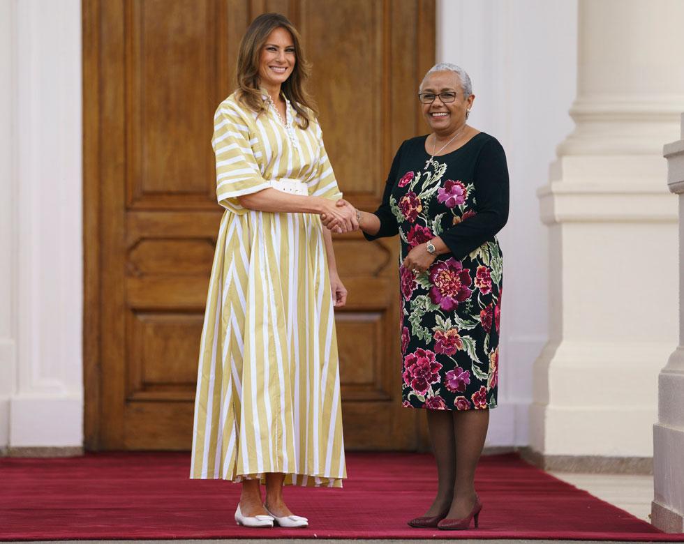 ביקור בבית יתומים: שמלת פסים בצהוב-לבן של תיירי קולסון  (צילום: AP)