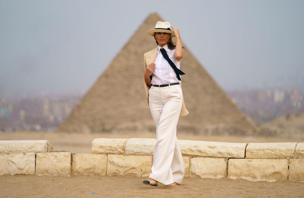 כמו בהפקת אופנה. מלניה טראמפ מול הפירמידות בגיזה (צילום: AP)