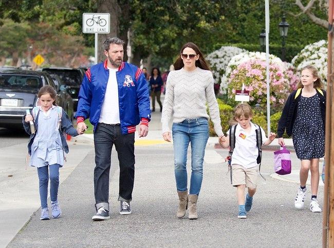 רוצה להשקיע במשפחה. אפלק, גארנר והילדים (צילום: Splashnews)