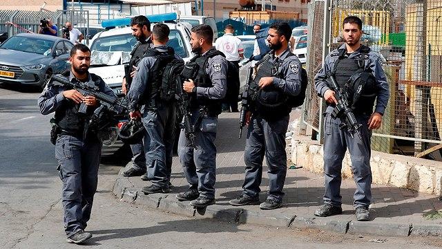 כוחות הצלה באזור תעשייה ברקן (צילום: AFP)