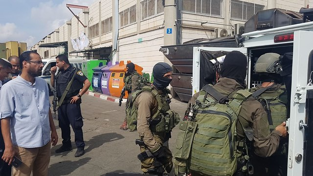 כוחות הצלה באזור תעשייה ברקן (צילום: יריב כץ)
