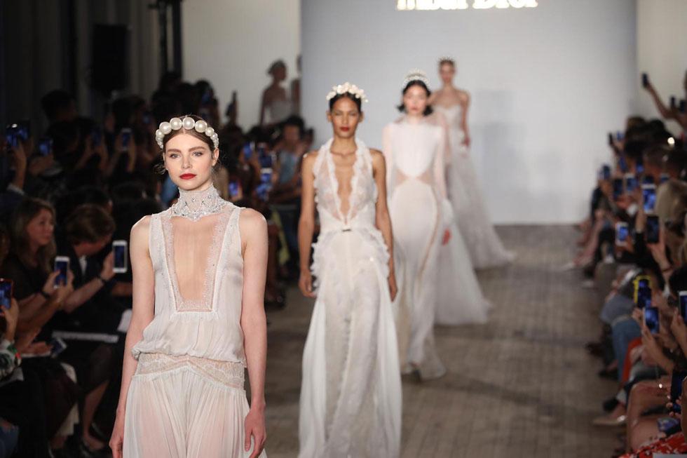 מעצבת האביזרים קרן וולף חברה למעצבת שמלות הכלה ענבל דרור, והציגה קישוטי ראש חדשים לכלות: קשתות שנוצרו מפניני ענק והצליחו בפשטותן ליצור את הדרמה המתבקשת