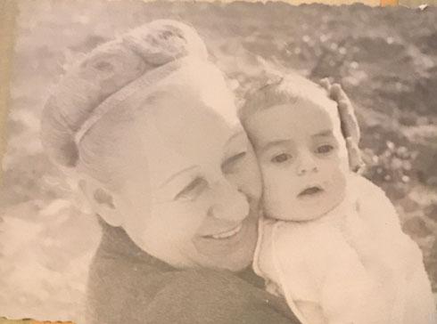 """עם סבתה מירה. """"סיפור קשה, אבל מאוד אנושי"""" (צילום: אלבום משפחתי)"""