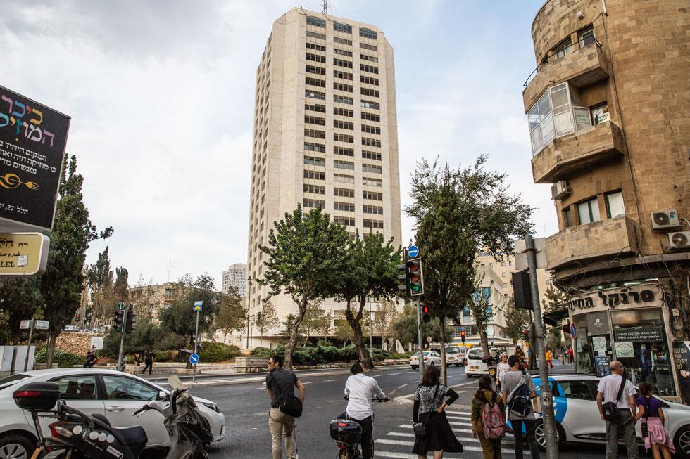 מגדל העיר, שתכנן האדריכל דן איתן ושנחנך בדיוק לפני 40 שנה, נצפה היטב בסביבתו. מבט מרחוב הלל (צילום: אלכס קולומויסקי)