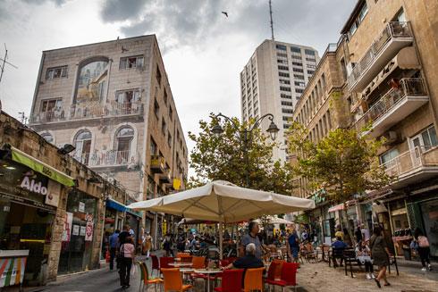 מרכז ירושלים הגוועת מתחילה אמנם לחזור לעצמה (צילום: אלכס קולומויסקי)