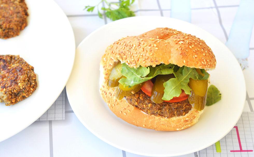 המבורגר טבעוני עם סייטן ופטריות (צילום: אפרת סיאצ'י)