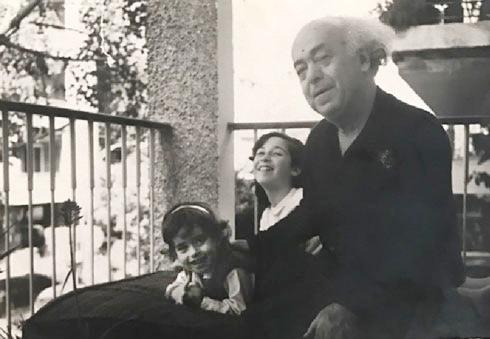 """סיגל אשל (משמאל) עם סבה אברהם ובת דודתה טל. """"כולם היו ניגשים לברך אותו"""" (צילום: אלבום משפחתי)"""