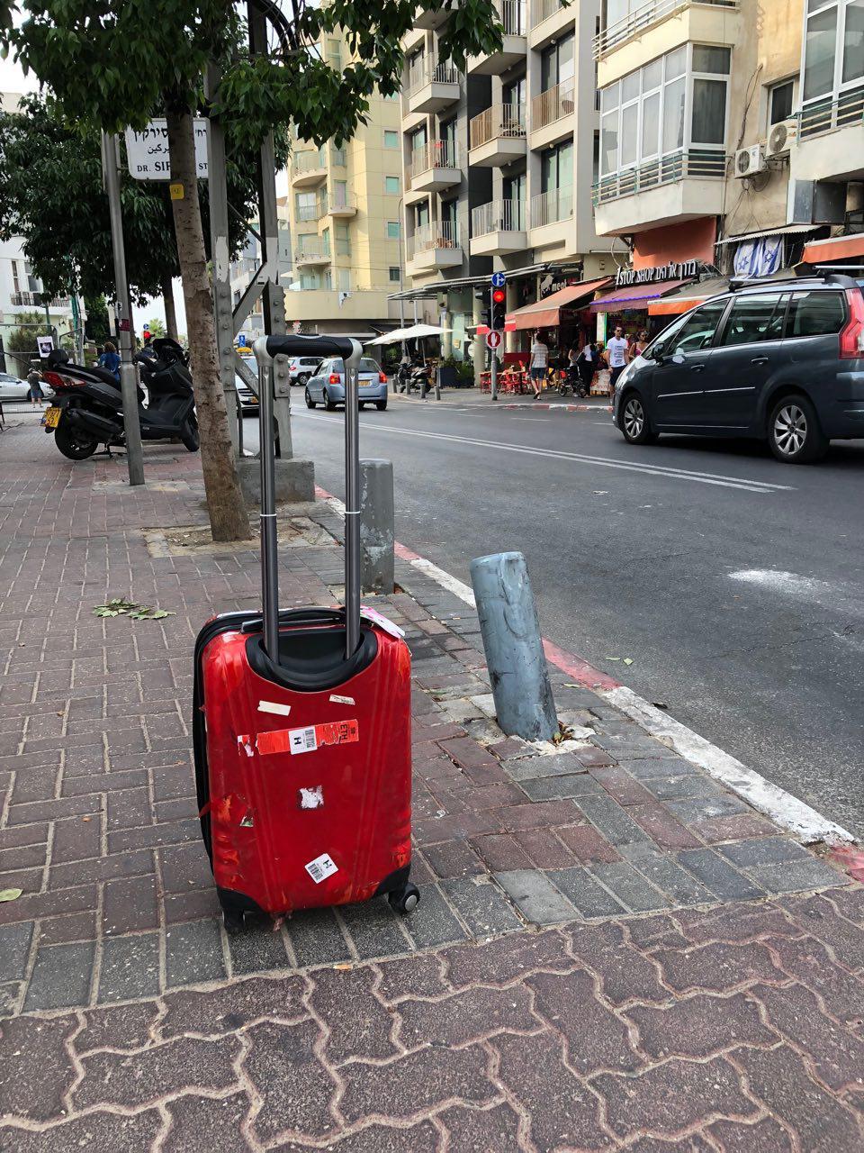 עכשיו תורי להיות תיירת גוררת מזוודות בבן יהודה (צילום: תיקי גולן)