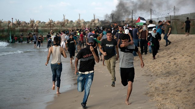 התפרעויות פלסטינים חוף ים רצועת עזה (צילום: AP)