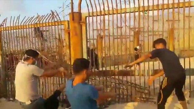 פלסטינים פורצים את שער זיקים בגבול רצועת עזה ()