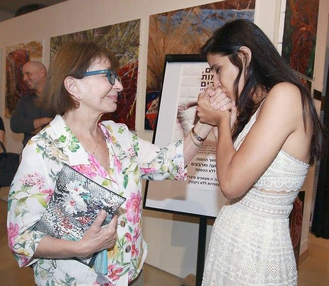 גם אנחנו היינו מנשקים לרבקה מיכאלי את היד (צילום: ענת מוסברג)