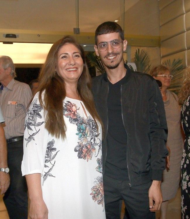 בקשר טוב. קותי עם אמא של מגי אזרזר (צילום: ענת מוסברג)