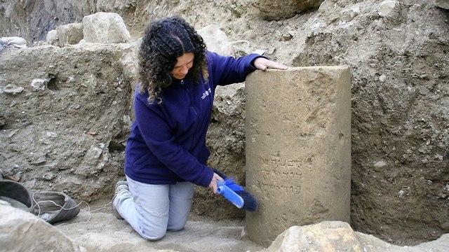 הכתובת הנדירה מירושלים כפי שמוצגת במוזיאון ישראל (צילום: יוֹֹלי שוורץ, רשות העתיקות)
