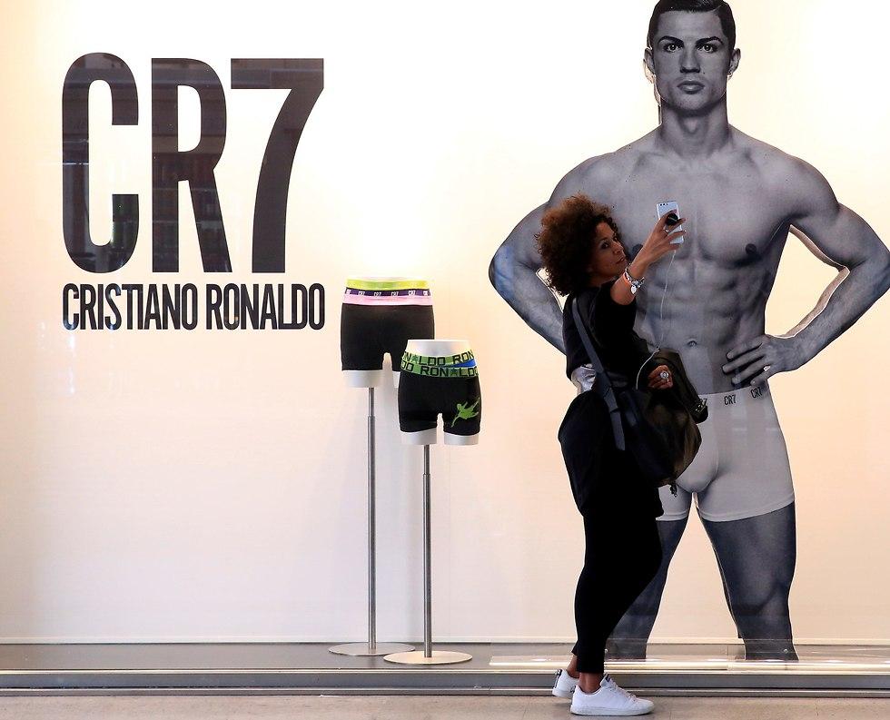 אוהדת מצלמת סלפי עם תמונה של רונאלדו בתחתונים (צילום: רויטרס)