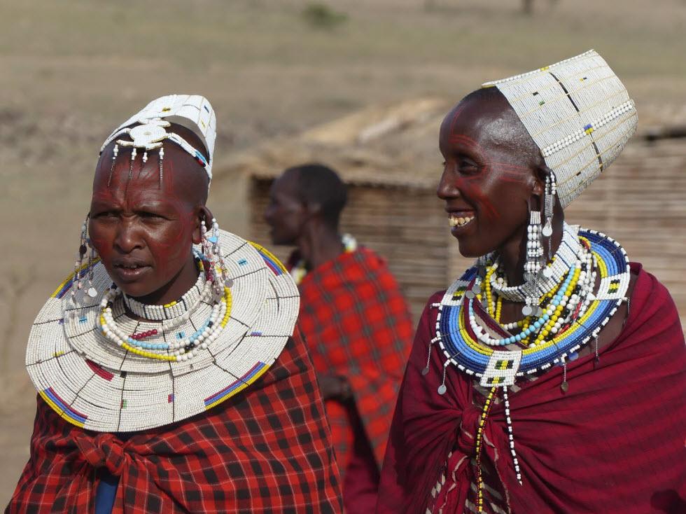 חבורה של בני שבט המסאי מקבלת את פנינו. (צילום: נלה מרקס)