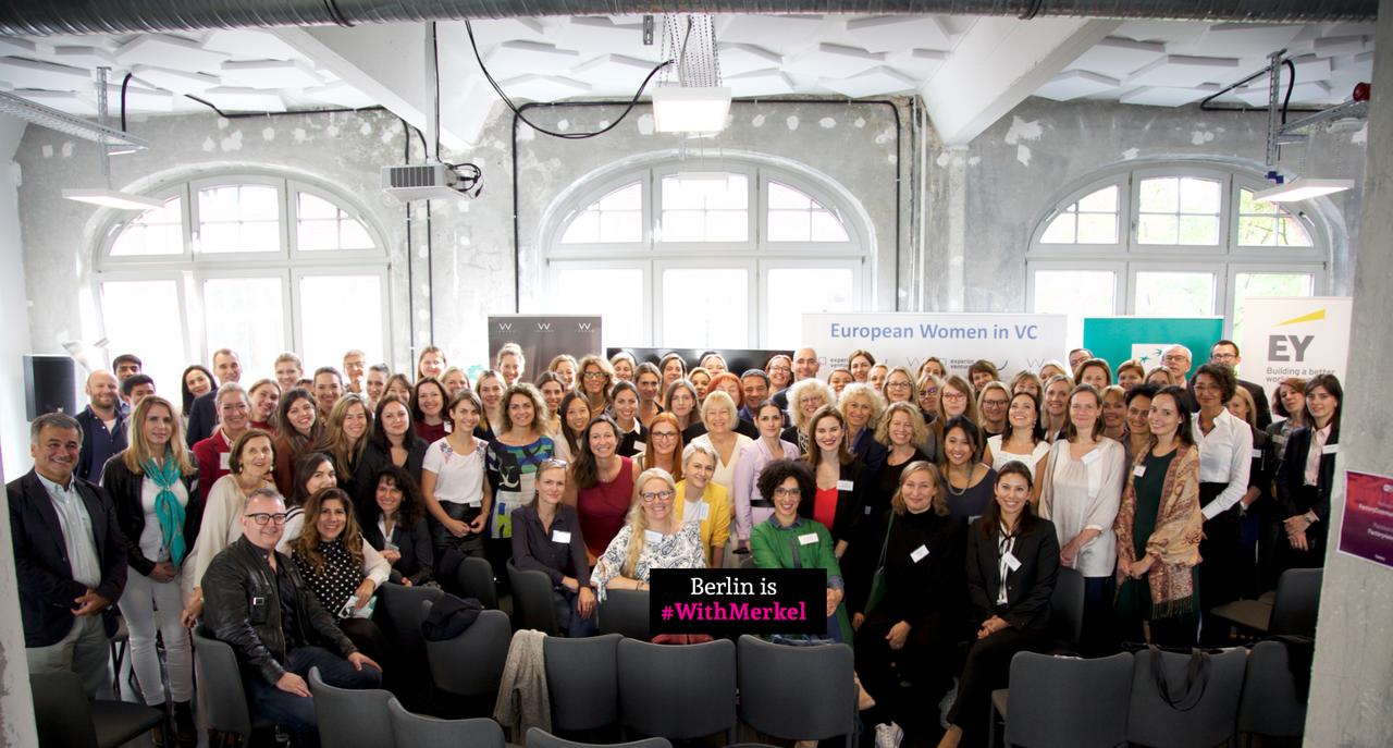 נשים עם מרקל ברלין (צילום: SANDRO MOSCOGIURI)
