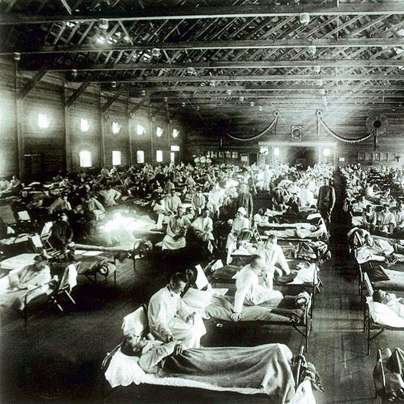 """1918. חיילים בצבא ארה""""ב מאושפזים בבית חולים מאולתר בקנזס. המגיפה הדביקה 500 מיליון בני אדם"""