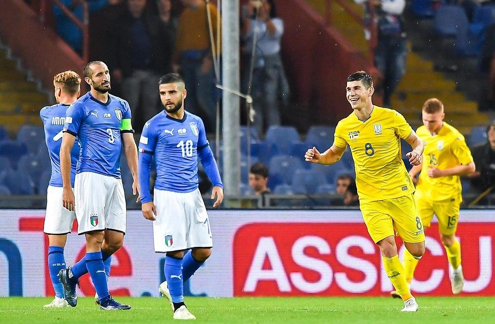 שחקני אוקראינה חוגגים. איטליה חייבת שינוי (צילום: AFP)