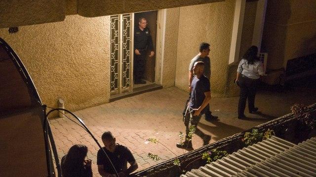 הכניסה לבניין בו מתגוררת הנרצחת (צילום: עידו ארז)