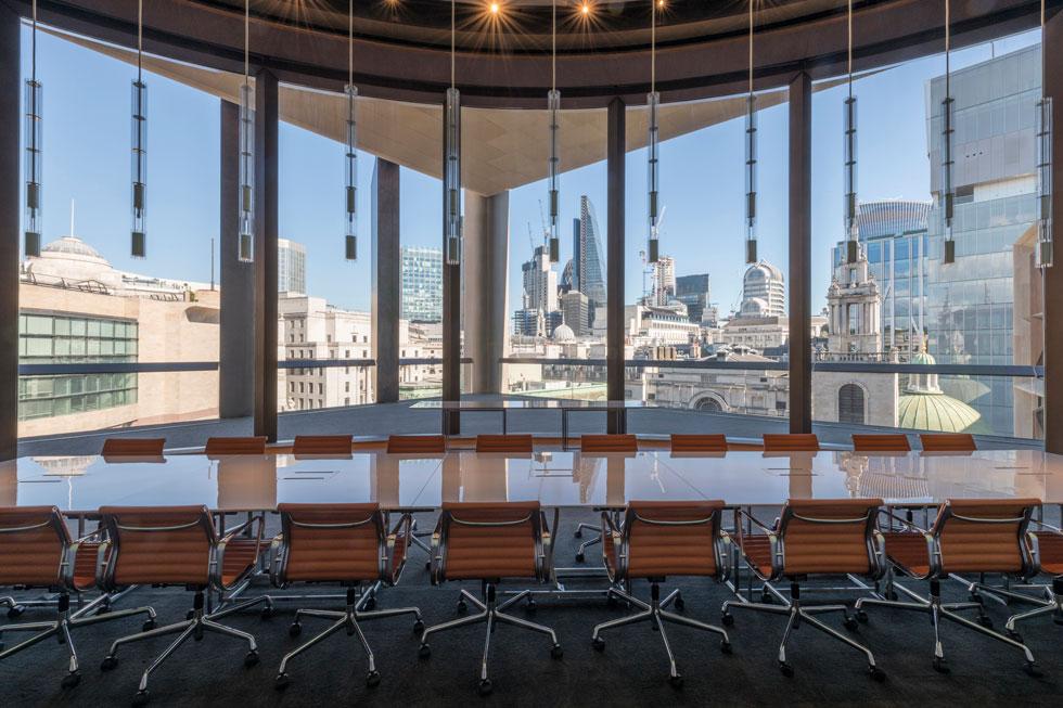 העובדים מחוברים לקצב של הסיטי של לונדון, שעליה הם מדווחים. נוף גורדי השחקים, ובמרכזם The Shard שתכנן רנצו פיאנו (צילום: Nigel Young, Foster + Partners)